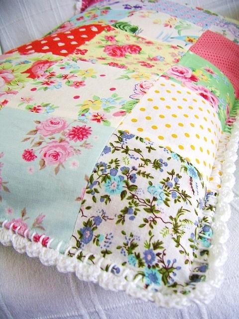 patchwork pillowcover with crochet edging, via Flickr.,ESTA COM QUADRADOS DE TECIDOS E ACABAMENTO EM CROCHE LINDO