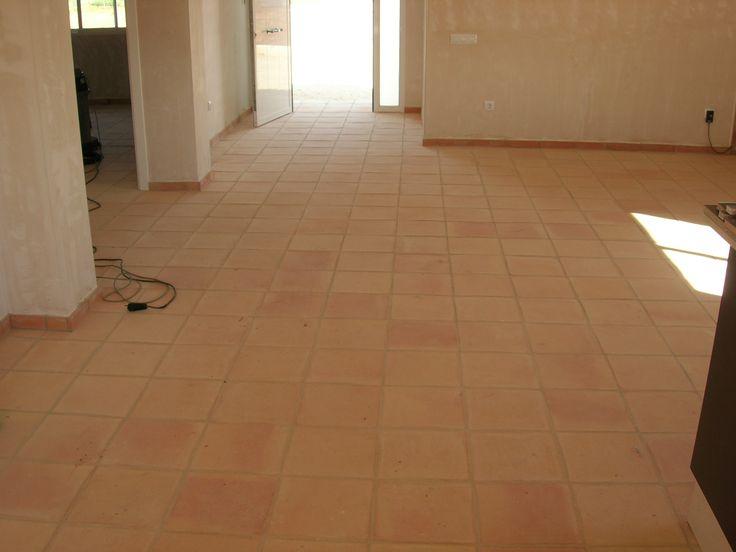 En esta foto podemos ver un interior de suelo de barro de for Suelo economico para interior