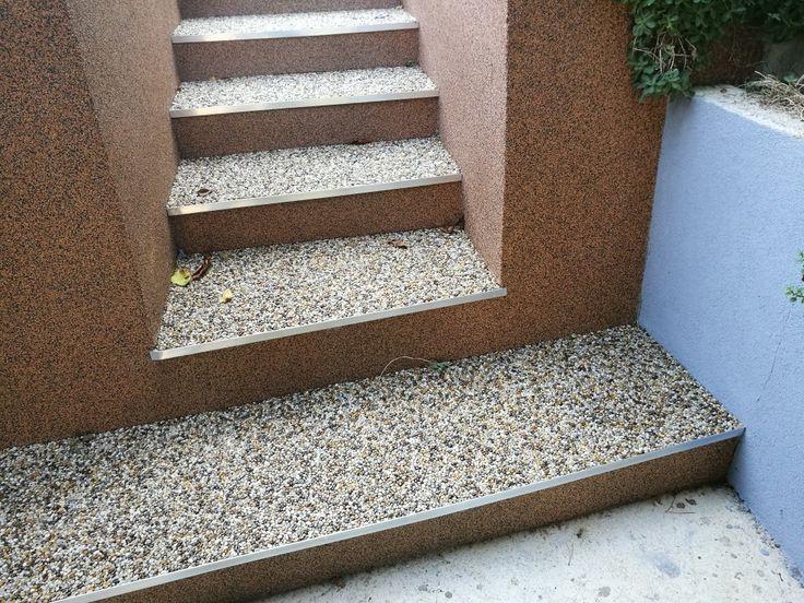 Schody. Použitý riečny okrúhliak a ukončovací profil SC1.  #art4you #artpodlahy #kamennýkoberec #kamiennydywan #naturalstonecarpet