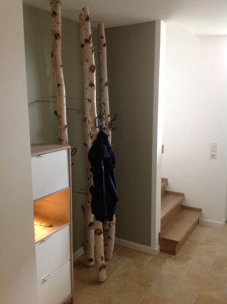 Garderobe Eingang mit Rundhölzern zum Aufhängen der Jacken #jacken