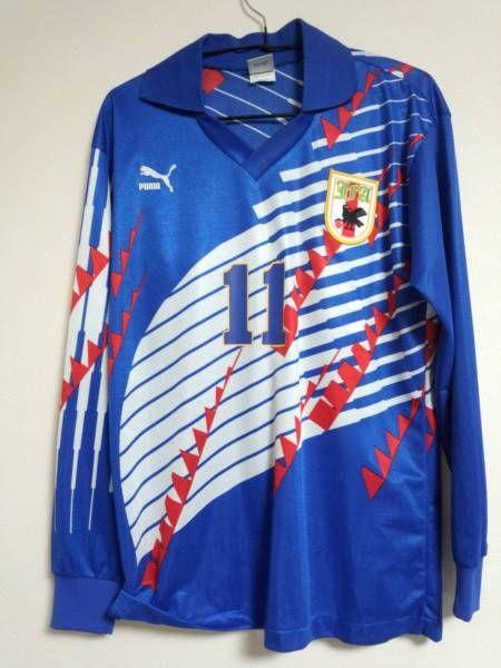 ・日本代表1994年アメリカワールドカップ予選、ドーハの悲劇の時のアウェイユニフォームです。※プ-マ製のn縫い込みタグつきの正規品です。・このモデルでは貴重なホーム長袖モデルのMサイズ。(現在のサイズだとSサイズ相当です)・背番号は11、当時スーパースターだった三浦知良選手のモデルです。・プーマのロゴにスレと背番号のマーキング、イエローの縁取が弱冠ズレ、ワッペン右上2か所に小さな穴ががあります。・古着ですので、神経質な方はご遠慮ください。・ノークレームノーリターンでお願い致します。