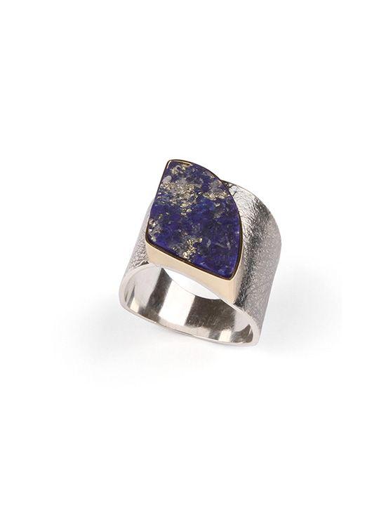 Schitterende brede zilveren ring met (ruwe) Lapis Lazuli. Haar naam is Helene. Ontwerp Atelier Jan Kerkstra | Marion Pannekoek | Sieraadmakers