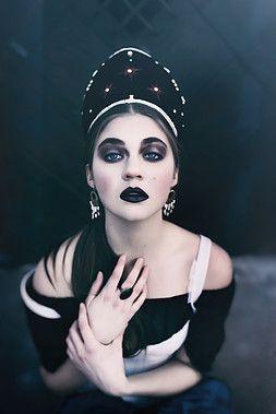 KOKOSHNIK  Fashion make-up  photo by Nikol Obrová