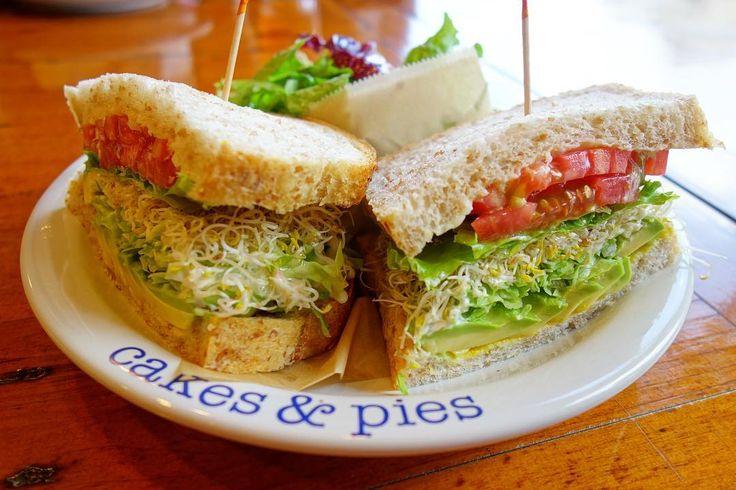 アメリアはアボカドサンドイッチ付け合わせにサラダをチョイスしたから野菜多めなプレートに #meallog #food #foodporn #tw