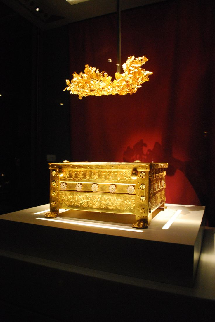 King Philippos ' Larnax and his Crown found in Vergina , Macedonia Greece by Professor and Archaeologist Manolis Andronikos