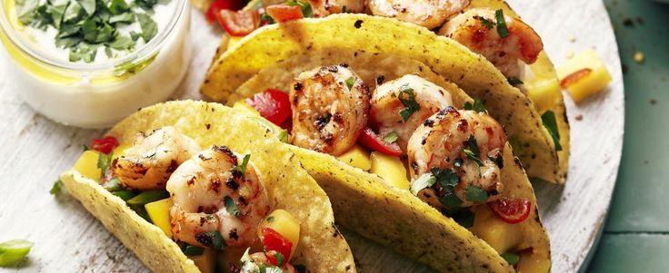 Gevulde taco's met scampi's, mangosalsa en yoghurt-koriandersaus