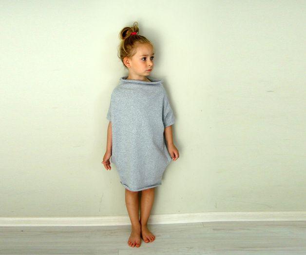 Wygodna, cienka sukienka bawełniana z kieszeniami, idealna na lato, a z płaszczykiem na każdą inną porę roku :) Wkoło szyi i na dole surowo cięta. Bawełna z bu stron jest gładka, delikatnie podwija...