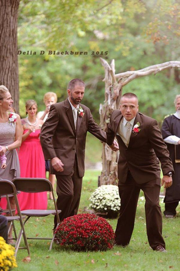 Um ato do pai da noiva surpreendeu e emocionou os convidados de uma cerimônia de casamento em Ohio, USA. Todd Bachman interrompeu a caminhada com a filha, Britanny Peck, até o altar e convidou o padrasto dela para acompanhá-los. Fotografia: Delia Blackburn.