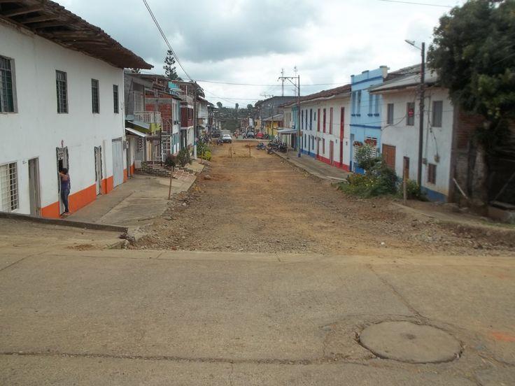 Esta calle de Trujillo, está en mantenimiento, pero se puede ver la arquitectura y el urbanismo en este sector.