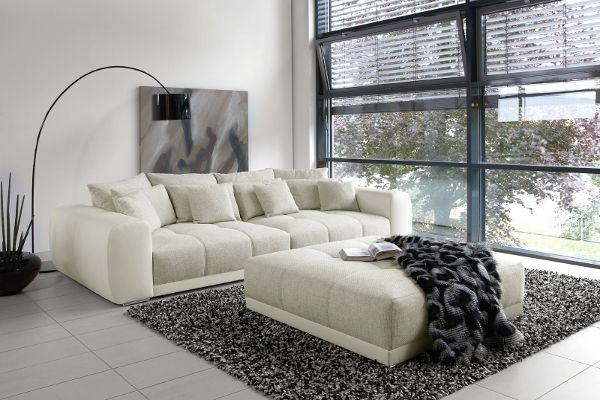 Deze witte elegante bank ziet er wel heel erg comfortabel uit. Hier kun je heerlijk in genieten en fijn in relaxen! Hij is nu ook nog eens in de uitverkoop! #wonen #woon #inspiratie #inrichting #interieur #meubels #vloerkleed #bank #sofa #woonkamer #home #livingroom #couch #white #interior #inspiration #design