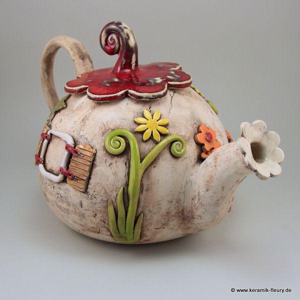 Die Keramik - Teekanne ist in einem einzigartigen Design von mir entworfen und hergestellt worden. Geschirr für Feen und Elfen - so könnte man die Kanne beschreiben.