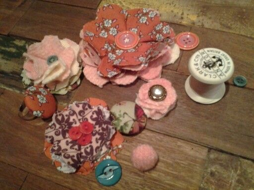 Fabric flower buttons and brooches.  So simple ♥