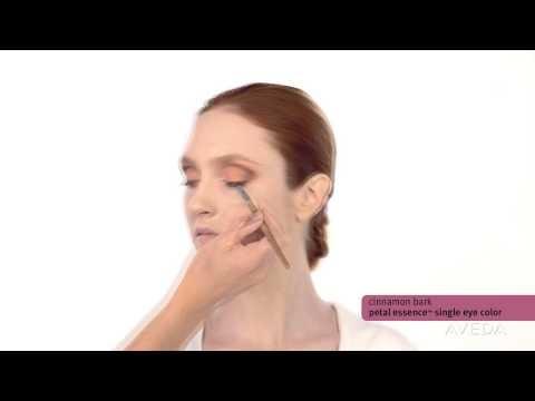 Makeup Tutorial: Kunst der Natur. Warme Augen, weiche Lippen, strahlende Haut. Frisches Aussehen …