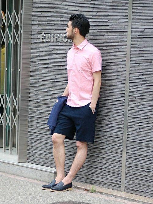 鮮やかなピンクのリネンシャツにパイル地のショーツを合わせることで、より柔らかい表情に。