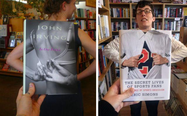 Des libraires s'amusent avec les couvertures des livres