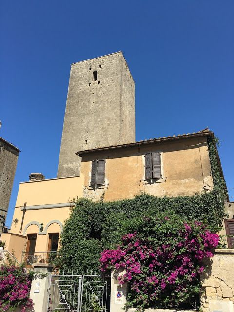 Tarquinia - La città stato etrusca - Ombra nel portico
