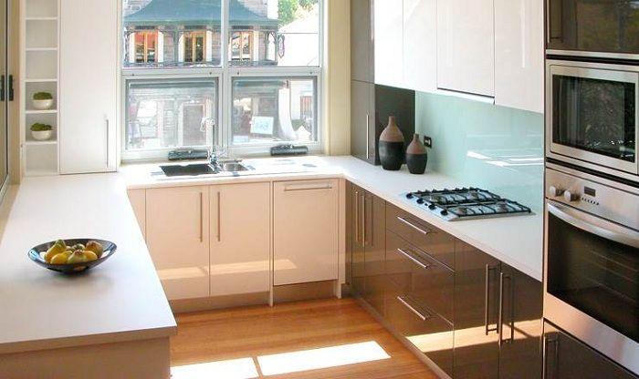 Светлая и симпатичная П-образная кухня - отличный вариант дизайна кухонного пространства.
