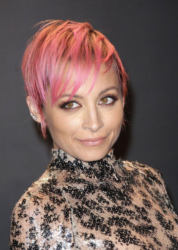 Nicole Richie näyttää, kuinka yhdistää kaksi hiustrendiä: pinkki väri ja pixie-leikkaus.