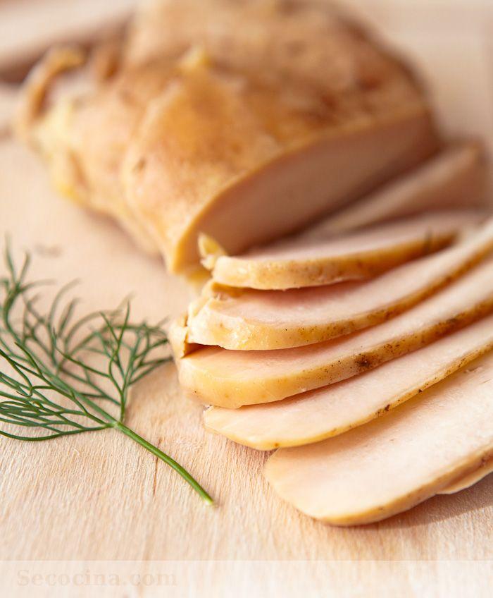 Este sencillo fiambre casero de pollo me sirve para bocadillos, para aperitivos y comidas de tapas (con una salsa tártara, por ejemplo).