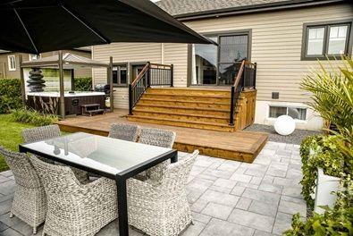 galerie et patio de c dre rouge qui rejoint la terrasse de dalles de b ton patio bois. Black Bedroom Furniture Sets. Home Design Ideas