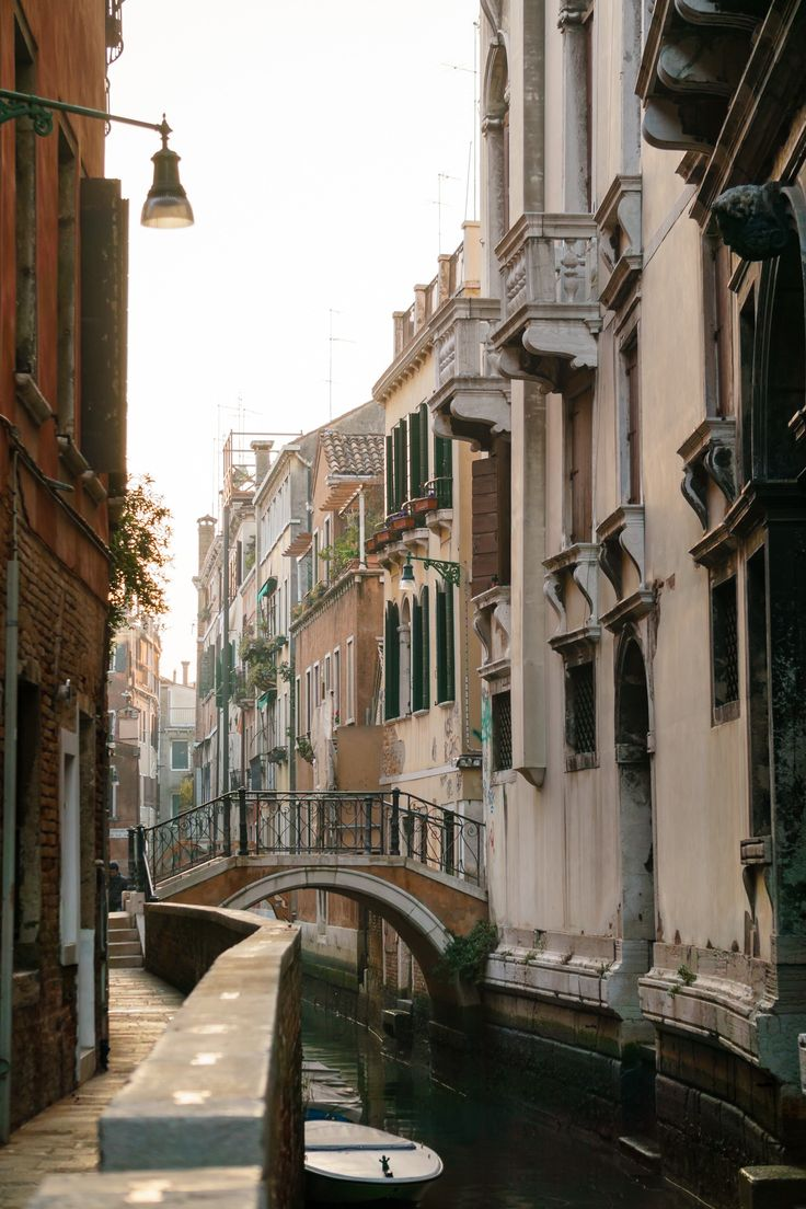 Bridge in Venice - null