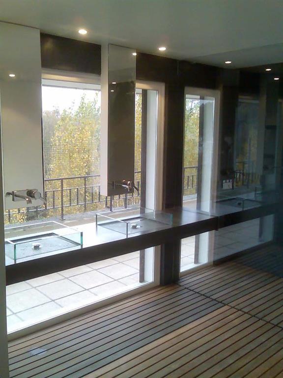 Modern Style Bathroom With Clear Glass Sinks | Salle De Bain Moderne Avec  Des Lavabos Transparants