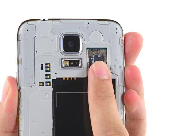 4. Trekk microSD-kortet ut av sporet med fingertuppen.