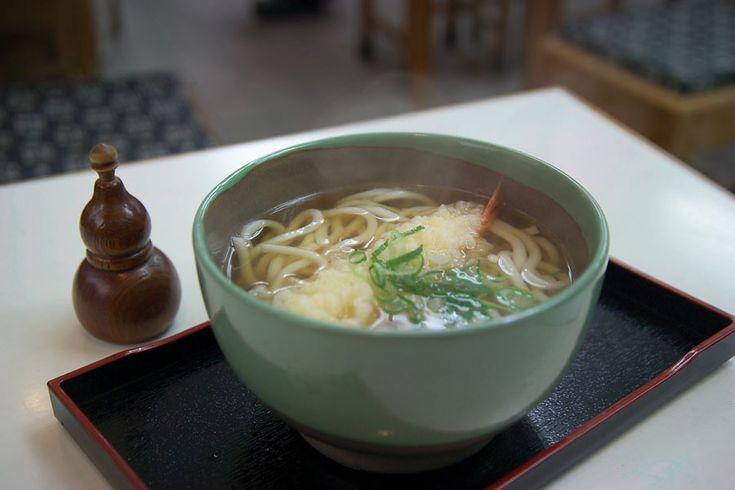Da diversi anni la tradizione gastronomica nipponica si è fatta strada anche nel nostro Paese e sono in aumento gli appassionati di sushi, ramen, e udon, specialità che oggi è più facile assaggiare anche senza fare un viaggio in Giappone. La cucina tradizionale nipponica, chiamata Washoku, è stata inoltre dichiarata Patrimonio immateriale dell'umanità dall'Unesco, una ragione in più per scoprirne le peculiarità e magari sapere cosa ordinare in un ristorante giapponese.