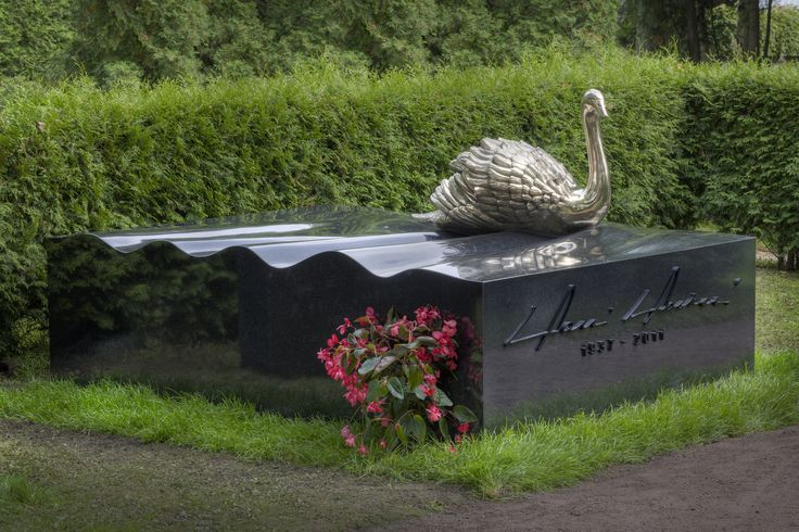 Harri Holkerin hautamuistomerkki Hietaniemen hautausmaalla. Suunnitellut kuvanveistäjä Pekka Jylhä.