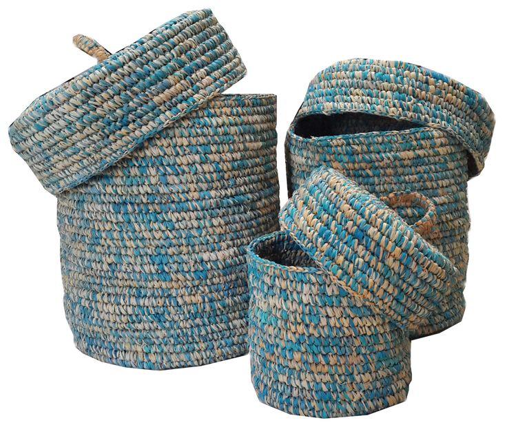 TilaVie Keranjang Anyaman Biru Kombinasi Kuning Dengan Tutup (set of 3pcs) BEST SELLER  Bahan : Daun Palem Ukuran : 26cm x 26cm x 30cm ( L) 20cm x 20xm x 23cm (M) 15cm x 15xm x 17cm (S) Berat : 3kg Fungsi : Digunakan untuk menyimpan mainan anak-anak, ataupun sebagai tempat pakaian kotor agar tertata rapi.  Didesain dengan model yang sederhana namun elegant, sehingga bisa diletakkan disetiap sudut rumah dan akan menambah cantik interior ruangan.