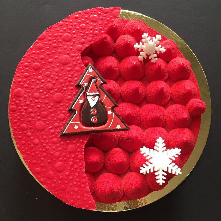"""Доброе утро, Друзья!!!✨💫 Торт Карамель-мокко безусловный хит среди новогодних заказов! 😍❤️🎂 на этот раз он в """"красном""""😄😍❤️❤️❤️ спасибо клиентам, что поддерживают мои идеи декора!!! На моё предложение сделать его красным Светлана @svetlaj01  долго не думала😂👍 получилось ярко и очень празднично, как считаете?!😉❤️🎂😋 #тортназаказчелябинск #тортчелябинск #европейскиедесерты #европейскиедесертычелябинск #тортбезмастики #тортбезмастикичелябинск #авторскиедесерты #евроторт…"""