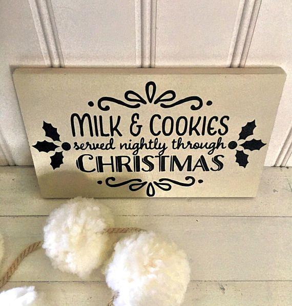 Molinos y cookies sirven todas las noches a través de la Navidad. Este signo de casa de campo estilo Navidad lindo sería la adición más linda a su barra de chocolate caliente! No chocolate bar, no hay problema. Esto también se verá adorable en sus lugares de cocina en su contra por