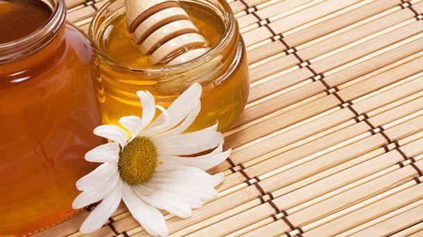 Honig und Kamillenblüten zählen zu den bewährten Hausmitteln, die blonde Haare natürlich aufhellen (Quelle: Thinkstock by Getty-Images)