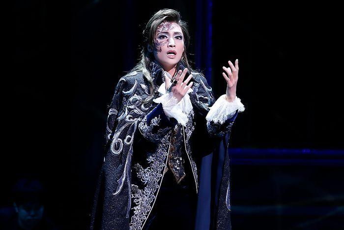 雪組公演ミュージカル ファントム が 11月9日 宝塚大劇場で初日を迎えました ミュージカルでも有名なガストン ルルーの小説 オペラ座の怪人 をもとにした作品で 宝塚では2004年に宙組の和央ようか ファントム オペラ座の怪人 望海風斗