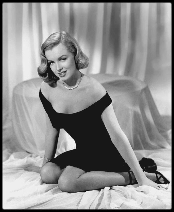 "1949 / (Le film sortira le 23 Mai 1950) La petite robe noire de Marilyn... Photos promotionnelles du photographe Frank POWOLNY, pour le film ""The Asphalt jungle""."