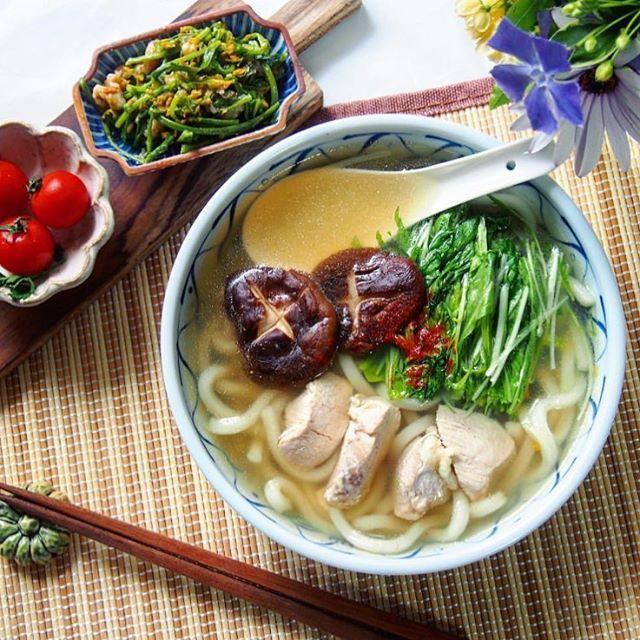 空きっ腹のお腹に入れるお昼ご飯は ずるずるっと麺をかきこんで豪快にいただきたい。 シャキシャキ食感がさっぱり感を与えてくれる はりはりうどんには相性抜群のしいたけと鶏肉を合わせましょう。 @wojipeeeさんのお料理は どれもプラスαな手が加えられていて 食卓を色鮮やかに飾ります。 #regram #locari #ロカリ #locari_kitchen #ロカリキッチン #おうちごはん #はりはりうどん #和食 #食欲をそそる盛り付け術 #onthetable #udon