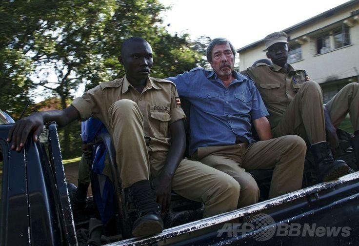 ウガンダ・エンテベ(Entebbe)の裁判所を出る英国人のバーナード・ランドール(Bernard Randall)氏(中央、2014年1月22日撮影)。(c)AFP/Isaac Kasamani ▼26Jan2014AFP|起訴された同性愛の英男性に国外退去処分、ウガンダ http://www.afpbb.com/articles/-/3007095 #Uganda #Ouganda #Randall #BernardRandall #Entebbe