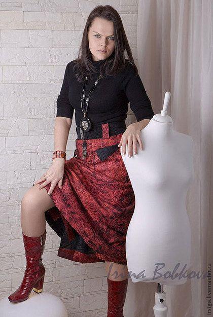 Купить или заказать Юбка валяная 'Рубин' в интернет-магазине на Ярмарке Мастеров. Юбка выкуплена на благотворительном аукционе. Много шелковых волокон, запечатывающих тонкий слой шерсти. Очень пластичная, хорошо драпирующаяся юбка на плотном вискозном подкладе. В бока вставлена широкая резинка, что позволяет легко надевать юбку через ноги. Накладные карманы и шлевки. Не хочется снимать, в ней так комфортно! Возможно исполнение почти любого цвета.