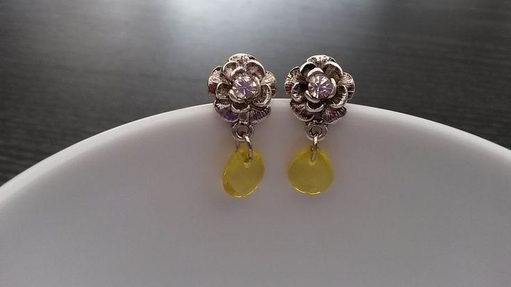 Handgemaakte zilver bloem oorstekkers met strass en druppel van Tracy's Jewels op DaWanda.com . Verkrijgbaar in verschillende kleuren.