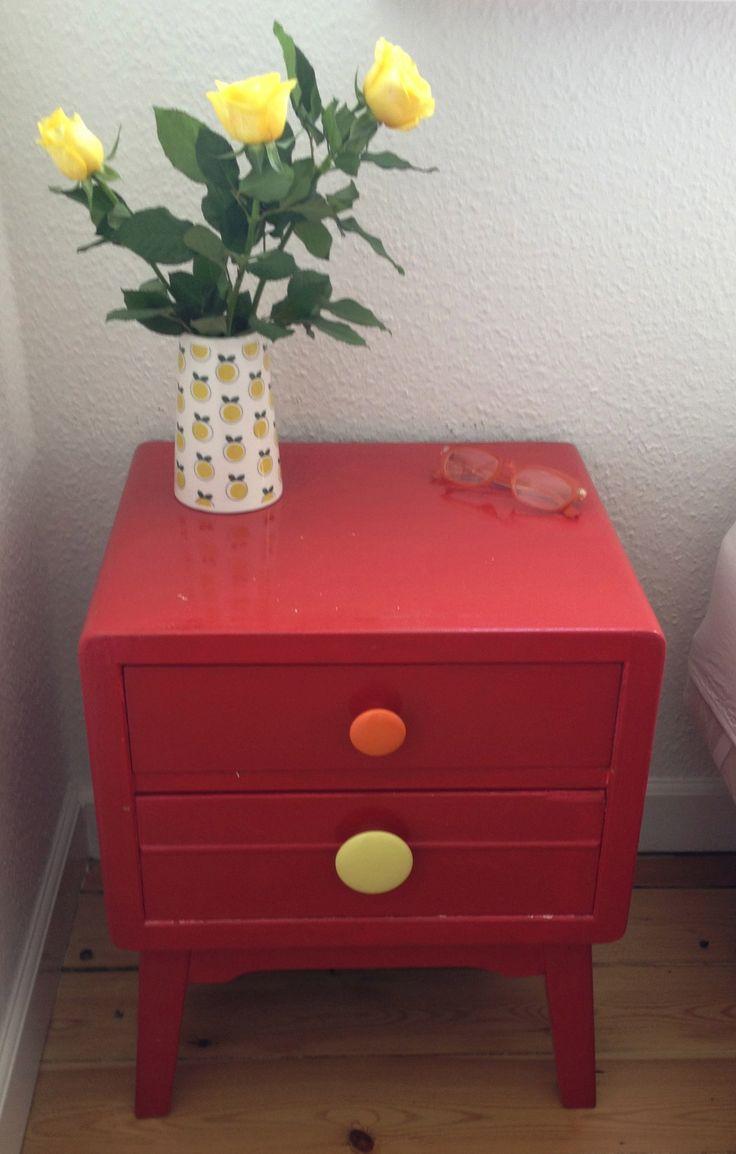 Retro natbord med et har porcelænsknapper/knager fra Sinderup