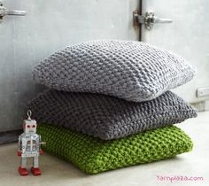 The most beautiful super chunky knitted pillow made with Phil Express. Want your own? Get the Free knitting Pattern here!