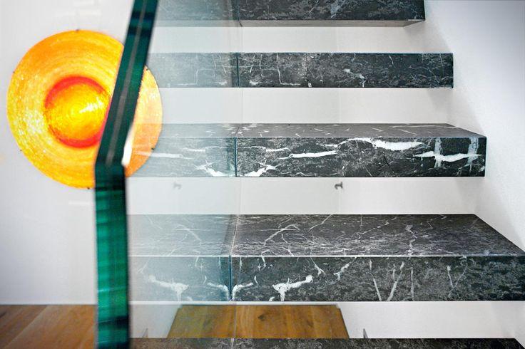 Лестница из серого мрамора и оранжевый цвет