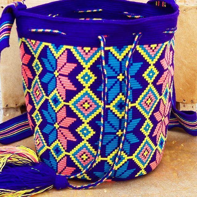 Mochila wayuu diseño geometrico flora un trabajo hecho a mano por artesanos del departamento de La Guajira en el norte de Colombia.#wayuu #wayuubags #wayuustyle #ethnicalfashion #indigenousart #culture #tradition #hanmade #hechoamano #hechoencolombia #flowers #maicao #colombia #southamerica #bohochic #fblogger #outfit #itbag