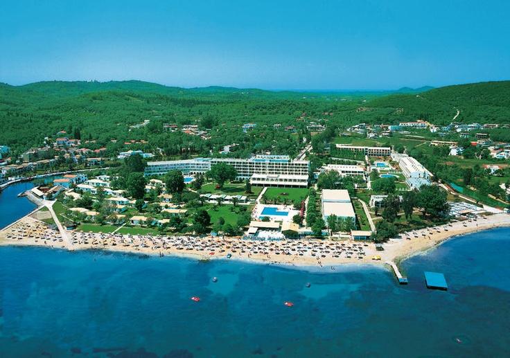 Messonghi Beach heeft een fantastische, ideale ligging direct aan het strand én op loopafstand van het gezellige centrum van Moraitika. Er is een busverbinding naar het sfeervolle Corfu-Stad. Hier kunt u fijn winkelen en slenteren door de authentieke, smalle straatjes. Een leuk dagje uit! Voor een verfrissend drankje kunt u terecht in één van de bars, waaronder een poolbar en een beachbar. U kunt eten in het buffetrestaurant óf in het à la carte grillrestaurant. Officiële categorie C