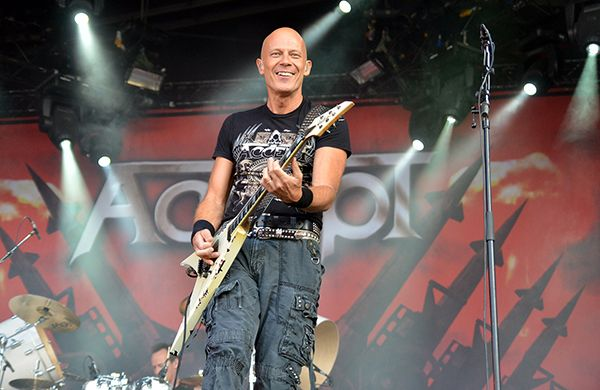 Этот человек включен британским журналом Classic Rock в список величайших гитаристов всех времен, что не мешает ему также зарабатывать фотографией. А ведь увлечение фотографией началось несерьезно, от скуки… Читаем на Photodzen.com #photodzen   #wolfhoffman   #rock #photography