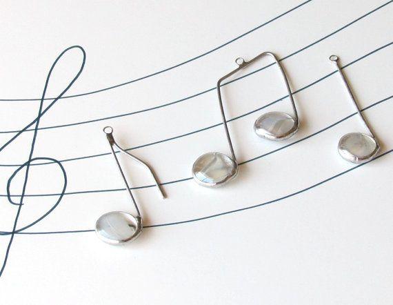 Trois Notes de musique - de verre blanches et argentées Suncatcher ornements  COMPREND : note dun quart ; une croche ; et une note aux poutres  Voici trois vitraux de note de musique de petit verre qui ne manqueront pas de plaire à lamateur de musique dans votre vie. Les pépites de verre transparent clair utilisé pour les rendre ont des rouages blancs pâles au sein (comme les billes oeil de chat), et un éclat de belle irridiscent qui fait vraiment ces notes shine.  Méthode de Tiffany vitrail…