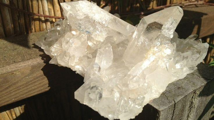 Od zarania dziejów człowiek był pod wrażeniem tego, co piękne i niepoznane. Do minerałów, którym zachwycił się najwcześniej należy mieniący się w świetle, gładki i trudny do zniszczenia kryształ górski, który jest nie tylko zachwycająco urokliwym, ale i zmysłowo tajemniczym kamieniem.  Więcej na blogu http://www.bejewels.pl/krysztal-gorski-kamien-bliski-diamentom/