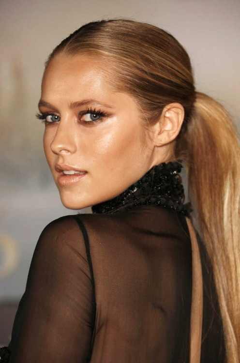 Teresa Palmer: bronzes and nudes
