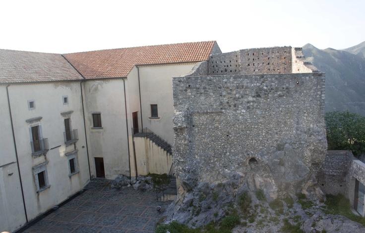 Una torre del vecchio castello e il Palazzo Rinascimentale #aietasplendidacornice