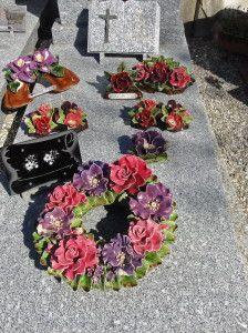 Begraafplaats Zuid Frankrijk. Prachtig al die bloemen van keramiek. Kijk ook eens naar mijn bord: French Wreaths and Crosses Cemetary Southern France Beautiful Ceramic Flowers. Please check out my board: Franch Wreaths and Crosses